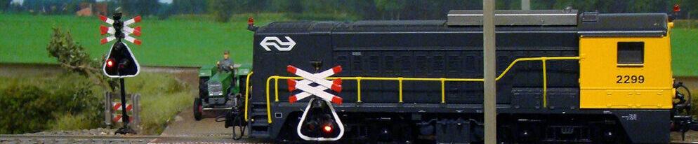 NS 2299 op een onbewaakte spoorwegovergang tussen Hengelo en Almelo